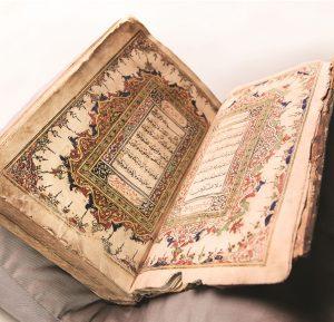 La elevada forma lingüística del Corán, diferente a cualquier otra en árabe, y su preservación sin cambios, son una muestra del elevado rango del Corán