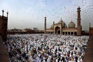 Celebración del Eid al Fitr en un mezquita en el exterior