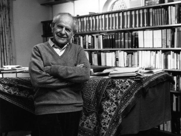 Karl Popper desarrolló la teoría de la falsabilidad científica para definir si una teoría es científica o no