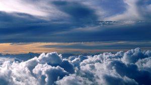 Las nubes, cuando volamos por encima de ellas nos parecen ser materia sólida, pero sabemos que no lo son