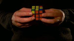 Si dejásemos caer un cubo de rubik tal vez tras cientos de golpes y muchos años, en algún momento se resolviese, sin embargo una persona lo puede resolver en segundos ¿qué es lo intuitivo?