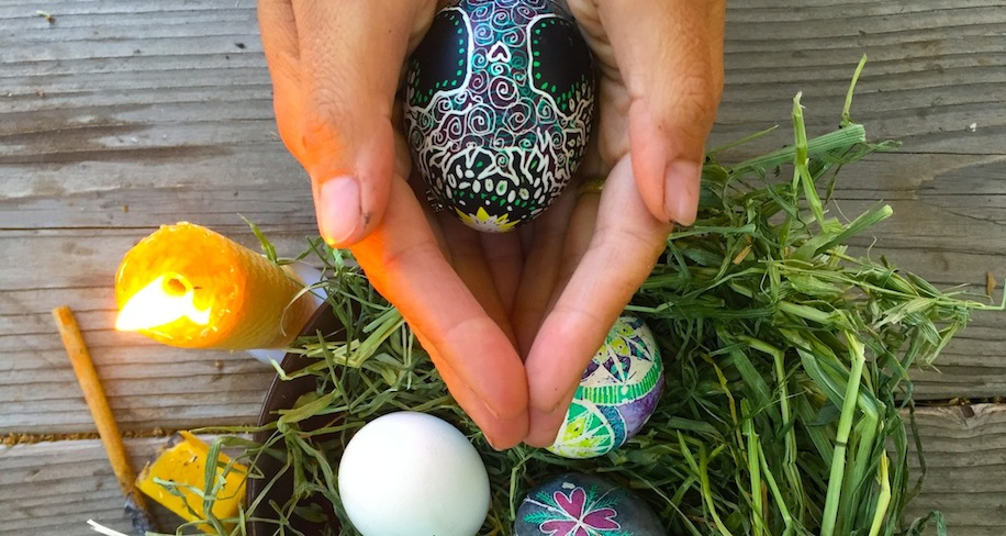 Los orígenes pre-cristianos del día de Pascua y la Semana Santa, basados en ritos paganos, son un ejemplo de la acomodación de la Iglesia