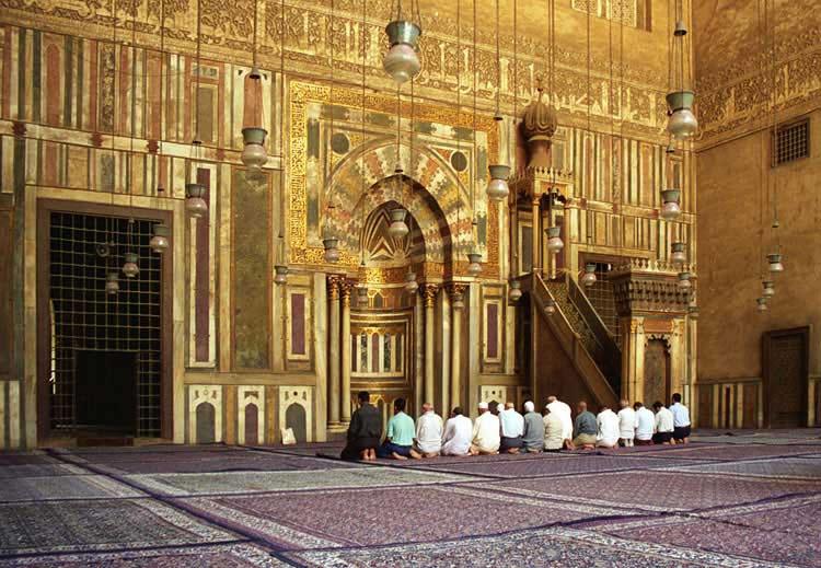 El musulmán y la mezquita. Un hombre y un edificio. Un hombre que se somete a su Creador y un edificio donde se somete. El acto primario del musulmán, y por lo tanto del ser humano, es postrarse ante su Señor.