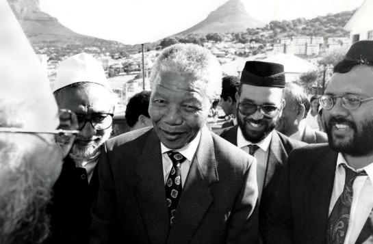 Nelson Mandel mantuvo un cercana relación con los musulmanes de Sudáfrica los cuales tuvieron un papel fundamental en la lucha contra el apartheid