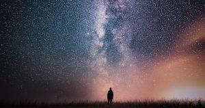 El primer fenómeno que proporciona evidencia de la existencia de Dios es la existencia y orden en el universo. El segundo, la existencia de leyes en la naturaleza