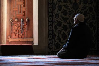 La 'Ibāda -adoración- proporciona el fundamento de la moralidad