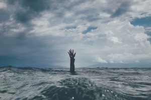 Olvidamos que otras personas son mundos donde discurre un dolor ajeno, caminos que en algún momento quizás la vida nos haga recorrer a nosotros.